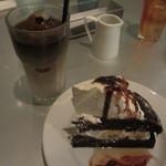 ノース・サイド・カフェ - 塩キャラメルバナナのデビルスケーキ、アイスカフェラテ