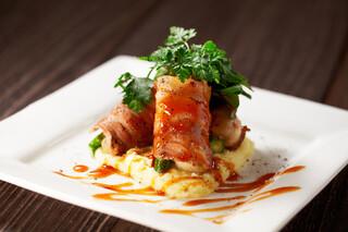 ザ オイスタールーム - 牡蠣とグリーンアスパラの肉巻き 黒胡椒風味