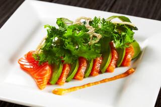 ザ オイスタールーム - サーモンとアボカドのカルパッチョ ドライトマトソース