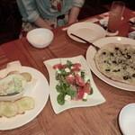 Restaurant&Bar day[Zi:] - 左からアボカドのアイオリソース、フルーツトマトとクリームチーズのサラダ、しらすとオリーブの塩ピザ