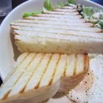 タウンスクエア コーヒー ロースターズ - トーストは厚切のトースト一枚を半分に切ってサーブされてきます。