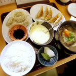 あぶ家 - ダブル餃子定食(焼餃子+茹で菜餃子)、ご飯・お新香・菜汁付き、850円。