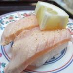 廻鮮寿し丸徳 - 炙りサーモン¥189 レモンと塩で