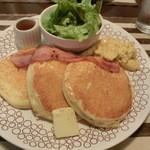 ルタ - スクランブルエッグとベーコンのパンケーキ