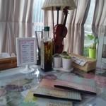 ブルートズ・カフェ - 4人席(テーブルにはスタンド、ハーブオイルとバイオリンがありました)
