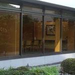 雲海 - 店内テーブル席から、中庭をはさんで団体様会食用の洋個室がみえます。