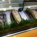もち月寿司 - 26 店内・ネタケースの一例