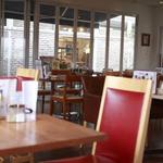 ドッグデプト・カフェ - 店内は禁煙席、広いテラス席は喫煙OK席