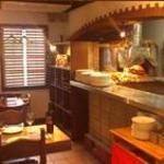 ラ・ベファーナ - 1階席はオープンキッチンの目前。石薪窯で焼いた出来たてのピッツァをどうぞ・・・20席(終日禁煙)