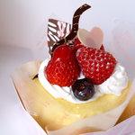 いちごのはな - 春のクレープ包み(398円) いちごクリームの入ったケーキをクレープで包みました☆