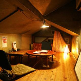 狭いけど雰囲気は楽しい屋根裏個室でひっそりゆったりと。