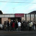 焼肉ざんまい 本店 - 開店直前のお店。人ごみ。