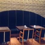 ル サロン カフェ フロ - 入口から見えるソファー席。