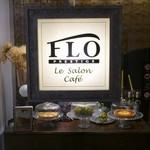 ル サロン カフェ フロ - ランジェリー売り場を抜けて、この看板が目印です。