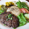 ラスティック・バーン - 料理写真:「ハンバーグプレート」は、手ごねの堅いハンバーグを中心に、サラダとライスが盛り付けられています。