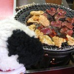 炭火焼肉 てんぐ - お肉焼いてるの〜