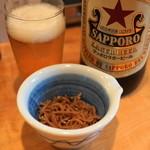 山利喜 - お通し(300円)のちりめん山椒と赤星大瓶(620円)