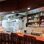 洋食の店 アラカルト - オープンキッチン、大きなお鍋。