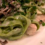 """ヒュース - 鮮やかなグリーンの麺は""""ヴェルデ・フェットチーネ""""。ホウレン草が練り込んであります。"""