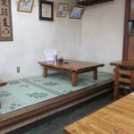 味の壺平 - テーブル席と小上がり