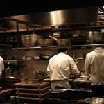 食幹 - カウンター席の目の前がキッチン