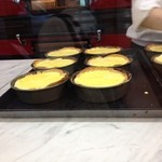 焼きたてチーズタルト専門店PABLO - 卵黄でテカりをつける
