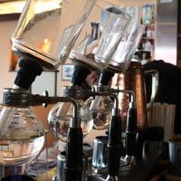 カフェ 中野屋 - オリジナル珈琲はサイフォン式にて提供します(スタッフがフレームインしてます笑)