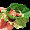 ぶっとび市場 - 料理写真:巻野菜で巻いて一気に口に押し込むのが「ぶっとび流」