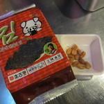 韓豚屋 - お通しに韓国のりが付いています。