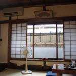 古桑庵 - 畳のお部屋に座卓が4つ(もう一つ、奥にお部屋があります)。