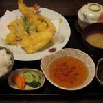 塚本鮮魚店 - 「天ぷら御膳」は、大きな海老が2本と烏賊、南瓜や茄子などの野菜がてんこ盛りです。