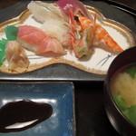 塚本鮮魚店 - 「おまかせにぎり五貫盛り」は、ぷりぷりの海老やかつおのたたき、サーモンや鯛、さよりなどしっかりした歯応えのにぎりが並んでいます。