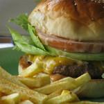 ビッグアイランド キッチン - 料理写真:一番人気の看板商品!チーズバーガーとポテトのセット!700円