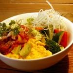 カナルデパナマ - (日替わり)アボカドキムチのオムレツ丼