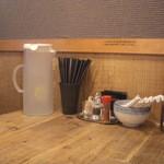 麺や わたる - 卓上には、スープ割のポットがありますネ。