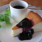 味工房ナウシカ - ネーミングも味も懐かしかった「無敵のチーズケーキ」です。ブルーベリーのソースです。