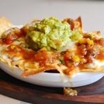 メキシカンな食堂TacoTaco - アボガド・サルサ・チーズの熱々ナチョス