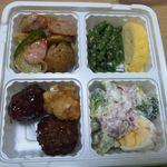 オリジン弁当 - 左上から時計回りにジャーマンポテト、インゲンお浸しと出汁巻き、パストラミビーフとブロッコリーのサラダ、肉団子と唐揚げ