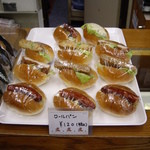 原島商店 - ショーケースのトップには可愛いミニロール各種(どれも120円)