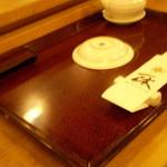 一休寿司 - 七々子塗のお盆と楊枝入れ
