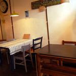 カナルデパナマ - テーブルは4人掛けが3つ。