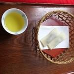 八ツ橋屋 西尾為忠商店 - 八つ橋と冷たいお茶