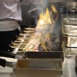 秋吉 - 焼台をフルに使って焼き上げます