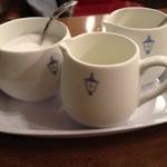 馬車道十番館 - コーヒーにはミルク&クリームがつきます