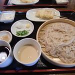 慈げん - うどん つゆ2種類 (もりつゆ ゴマ豆腐650円) 串天 ささみとねぎ (120円)