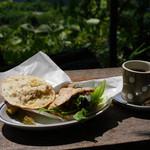 カフェ モーツァルト アトリエ - クリームチーズバジルチキンのフォカッチャサンドイッチ