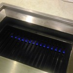 焼肉ハウス三宝 - 机の真ん中がカパっと開いて鉄板に