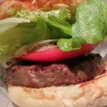 ブルックリンパーラー - ハンバーガー (レタス、トマト、オニオンスライス)のアップ