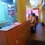 春木屋 - 店内はカウンター席とテーブル席