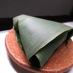 元町 香炉庵 - 【再訪2】生麩饅頭は、笹の葉にくるまれています。